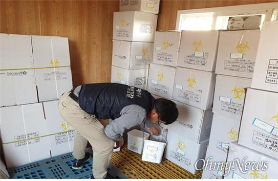 대구시 민생사법경찰과 직원이 요양병원의료폐기물 보관시설을 점검하고 있는 모습.