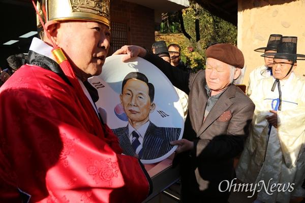 도예가 길성 작가가 14일 오전 박정희 전 대통령 숭모제에서 박 전 대통령의 얼굴이 그려진 도자기를 전병억 생가보존회장에게 전달하고 있다.
