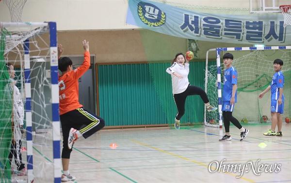 스포츠 재능 나눔에 나선 서울시청 여자핸드볼팀 선수들이 14일 오후 서울 노원구 하계중학교 체육관을 방문해 학생들에게 기술을 가르쳐 주고 있다.