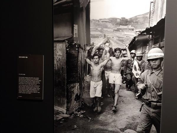 여순항쟁 당시 군인들에게 좌익으로 색출된 시민들을 찍은 사진.