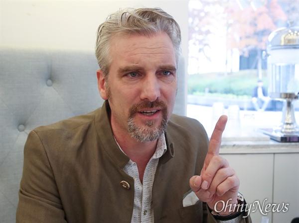 안톤 숄츠 독일 기자가 12일 오전 서울 강남구 코엑스 내 한 카페에서 <오마이뉴스>와 만나 언론개혁에 대해 이야기를 나눴다.