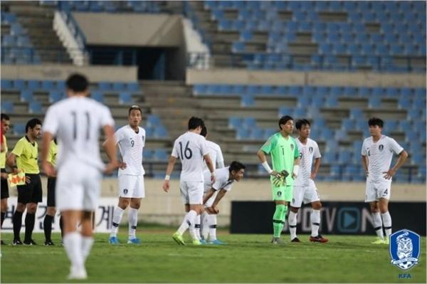 한국 대표팀 한국이 레바논과의 2022 카타르 월드컵 아시아예선 H조 4차전에서 0-0으로 비긴 후 아쉬운 감정을 드러내고 있다.