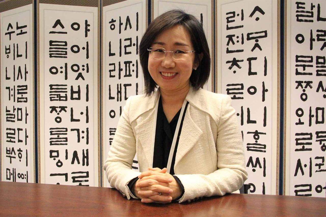 벨기에 한국문화원의 최영진 원장 (45세)