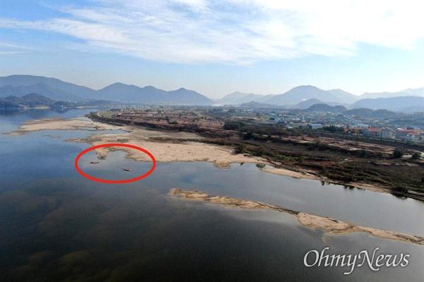 낙동강 창녕함안보 상류에 있는 창녕남지 쪽 강바닥에 4대가사업 때 사용한 것으로 보이는 폐콘크리트 덩어리(원안)가 드러났다.