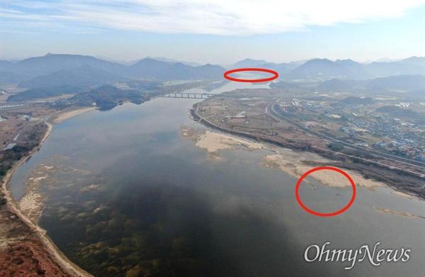 낙동강 창녕함안보(위 원안) 상류에 있는 창녕남지 쪽 강바닥에 4대가사업 때 사용한 것으로 보이는 폐콘크리트 덩어리(아래 원안)가 드러났다.