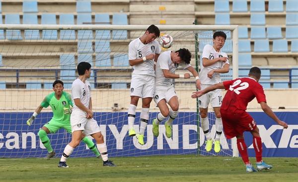14일(한국시간) 레바논 베이루트의 스포츠시티 스타디움에서 열린 2022 카타르 월드컵 아시아지역 2차 예선 H조 4차전 한국 대 레바논 경기에서 수비수들이 바셀 즈라디의 프리킥을 막고 있다.