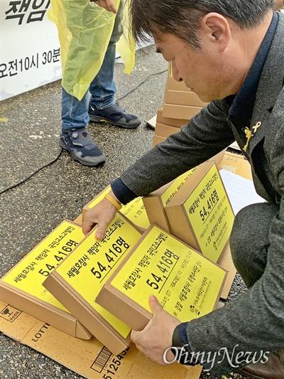 """세월호 유족을 포함한 5만 4416명이 박근혜 전 대통령과 황교안 자유한국당 대표(당시 법무부장관, 국무총리)를 비롯한 40명을 검찰 '세월호 참사 특별수사단'에 1차로 고소·고발했다. 4.16세월호참사 가족협의회와 민주사회를 위한 변호사모임은 15일 오전 서울중앙지검 앞에서 '세월호 참사 책임자 고소·고발 및 국민 고소·고발인 서명 전달 기자회견'을 열어 """"검찰은 전면적인 재수사로 세월호 참사의 모든 진실을 남김없이 규명하라""""고 요구했다."""