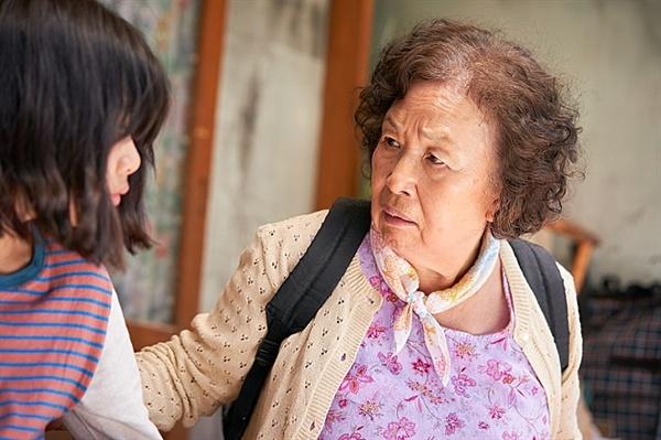 영화 <감쪽같은 그녀 >의 한 장면. 변말순 역의 나문희와 나공주 역의 김수안의 모습.