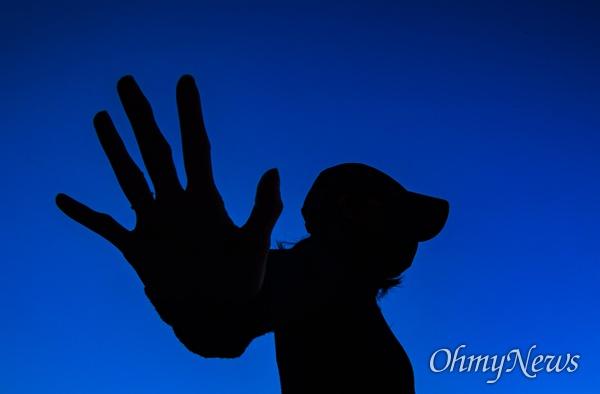 경희대에 재학 중인 한 홍콩인 유학생이 홍콩시위 5대 요구안 을 상징하는 다섯 손가락을 펼치고 신변 보호를 위해 자신의 모습을 가렸다.