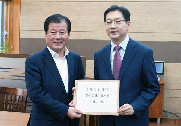 김경수 경남지사는 15일 국회를 찾아 강석진 자유한국당 경남도당 위원장을 만났다.