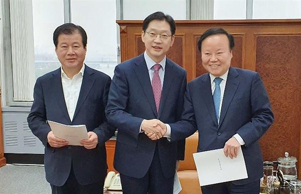 김경수 경남지사는 15일 국회를 찾아 김재원 예결위원장과 강석진 자유한국당 경남도당 위원장을 만났다.