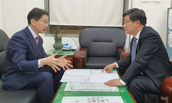 김경수 경남지사는 15일 국회를 찾아 예결위 간사인 전해철 의원을 만났다.
