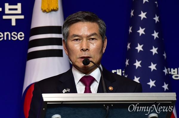 한-미 국방부장관 공동회견 정경두 국방부 장관이 15일 서울 용산구 국방부에서 제51차 한미안보협의회(SCM) 고위회담을 마친 뒤 공동기자회견을 갖고 있다.