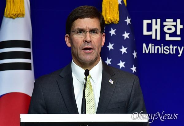 한-미 국방부장관 공동회견 마크 에스퍼 미 국방부 장관이 15일 서울 용산구 국방부에서 제51차 한미안보협의회(SCM) 고위회담을 마친 뒤 공동기자회견을 갖고 있다.