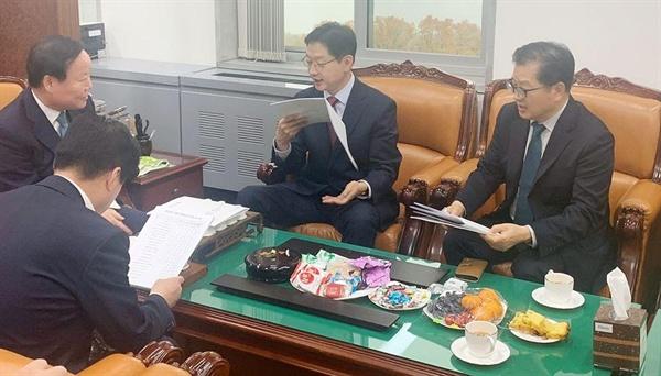 김경수 경남지사는 15일 국회를 찾아 김재원 예결위원장, 강석진 자유한국당 경남도당 위원장을 면담했다.