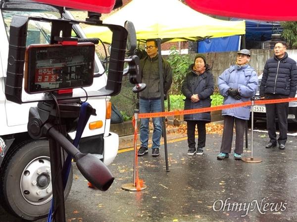 15일, 보수단체가 서울 관악구 인헌고등학교 앞에서 집회를 열고 전교조가 학생들의 정신과 사상을 말살하고 있다고 주장했다.