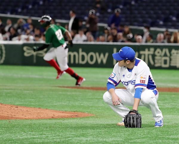 15일 일본 도쿄돔에서 열린 2019 세계야구소프트볼연맹(WBSC) 프리미어12 슈퍼라운드 멕시코와 한국의 경기. 5회 초 투런 홈런을 맞은 한국 선발 박종훈이 마운드에 주저앉아 있다. 2019.11.15