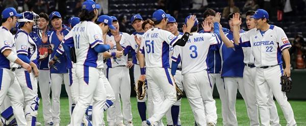 15일 일본 도쿄돔에서 열린 2019 세계야구소프트볼연맹(WBSC) 프리미어12 슈퍼라운드 멕시코와 한국의 경기에서 승리해 올림픽 출전을 확정지은 한국 야구대표팀이 경기 후 승리를 자축하고 있다. 2019.11.15