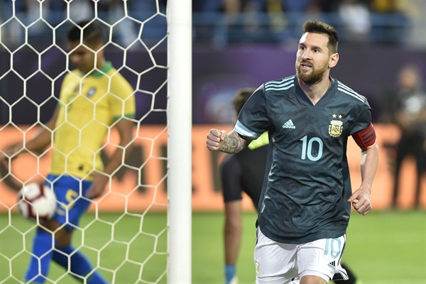 아르헨티나의 리오넬 메시가 브라질과의 평가전에서 전반 13분 페널티킥 골을 넣은 뒤 기뻐하고 있다.