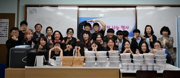 김장김치, 함께 담그니 더 좋아요 안산성호중학교 학부모회는 학교 내 어려운 학생들의 따뜻한 겨울나기를 돕기 위해 학생들과 함께 김장김치를 담가 전달했다.