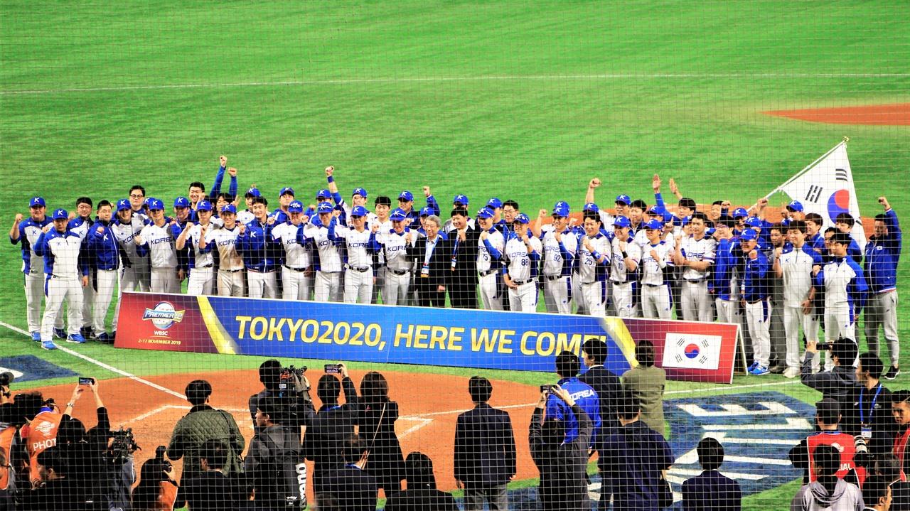 프리미어 12 멕시코전의 승리로 도쿄 올림픽 진출을 확정지은 선수들이 도쿄 돔에서 세레머니를 펼치고 있다.