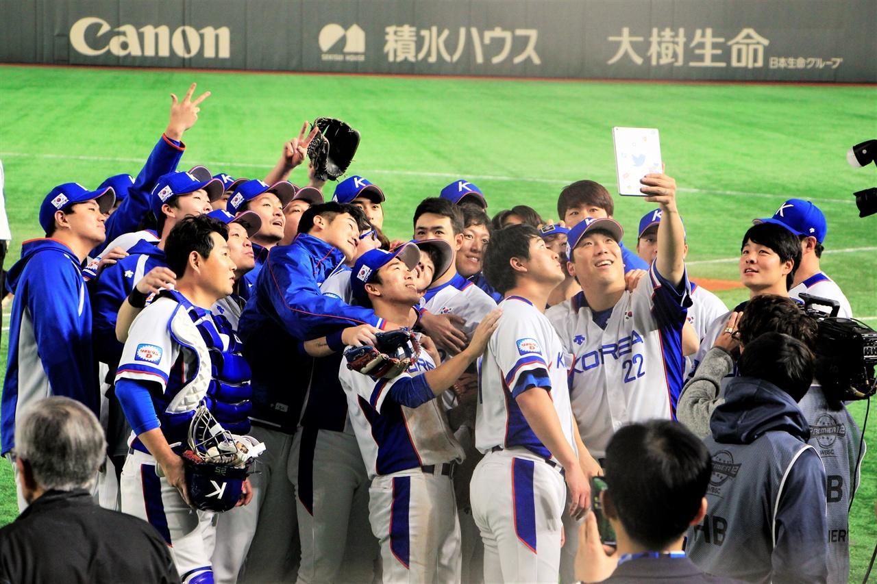 도쿄 돔에서 열린 프리미어 12 슈퍼라운드 멕시코전에서 승리한 대표팀 선수들이 셀카 세레머니를 하고 있다.