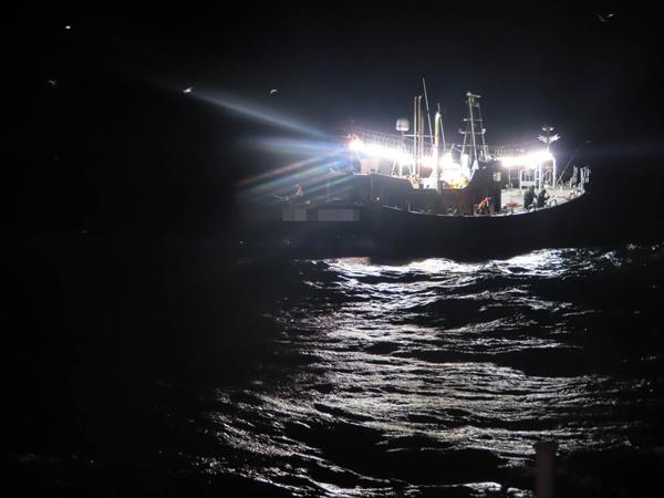 부산해양경찰서는 15일 부산 사하구 남형제도 인근 해상에서 영업구역을 위반한 혐의로 통영과 진해선적 선박 3척을 적발했다.