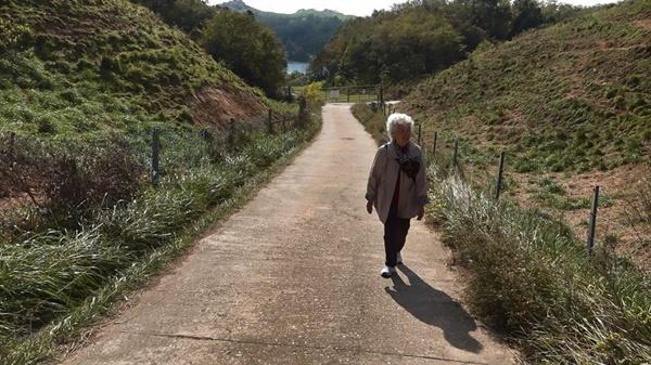 나의 살던 고향은~~ 노래를 부르며 언덕을 오르는 엄마