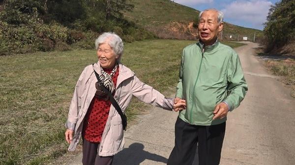 엄마 고향마을 찾아 특별한 나들이 나온 노부모