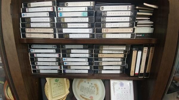 아버지가 촬영한 영상들이 저장된 테이프.