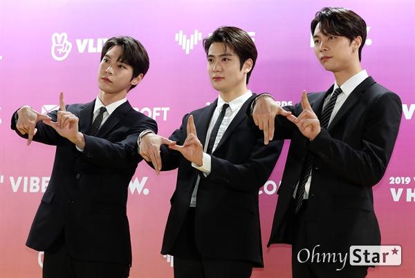 '브이라이브 어워즈' NCT 도영-재현-쟈니, 대표로 참석! NCT(도영, 재현, 쟈니)가 16일 오후 서울 고척스카이돔에서 열린 <제1회 2019 브이라이브 어워즈 V하트비트> 골드카펫에서 포토타임을 갖고 있다.