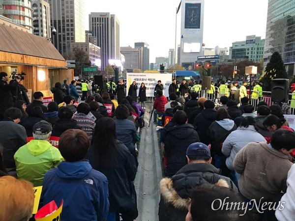 대학생들 6명이 이날 문화제에 나와 노래를 부르면서 춤을 추고 있다. 이날 광화문 세월호 광장 촛불문화제에는 100명이 넘는 시민들이 모였다.