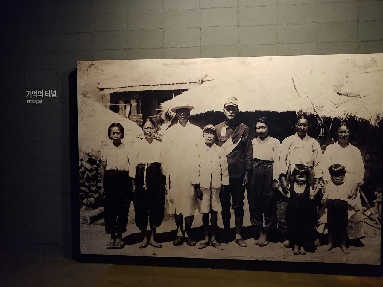 상설전시실의 첫 전시물, 식민지 조선의 한 가족사진 상설전시실에 들어오면 가장 먼저 보이는 사진이다. 3대가 함께 한 이 사진에서 중간에 있는 청년은 군복을 입고 있다.