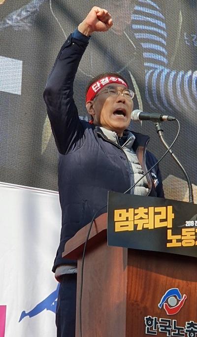 김주영 노총위원장 대화사를 한 김주영 한국노총위원장이 구호를 외치고 있다.
