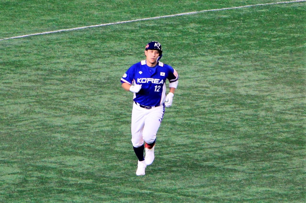 16일 도쿄 돔에서 열린 프리미어 12 슈퍼라운드 일본전에서 홈런을 쳐낸 황재균 선수가 홈으로 돌아오고 있다.