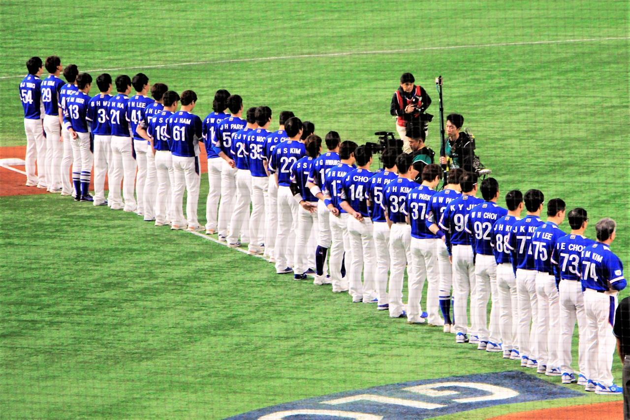 16일 일본 도쿄 돔에서 열린 프리미어 12 슈퍼라운드 한일전에서 선수들이 애국가를 제창하고 있다.