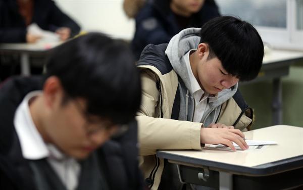 15일 오전 서울 서초고등학교에서 한 수험생이 2020학년도 대학수학능력시험 가채점표를 작성하고 있다. 2019.11.15
