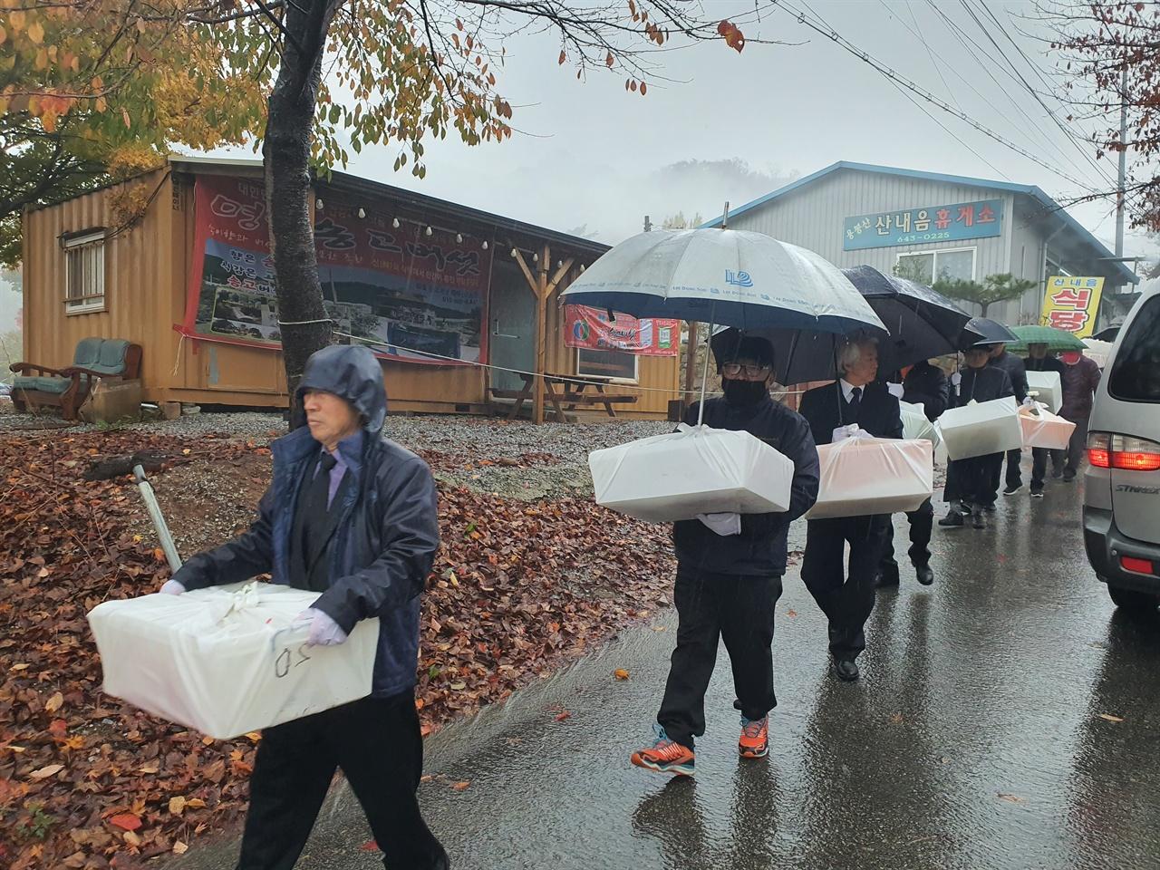 홍성 용봉산 봉안당에 임시 안치되어 있던 24구의 한국전쟁 전후 민간인 희생자의 유해와 유품이 유족들에 의해 운구되고 있다.