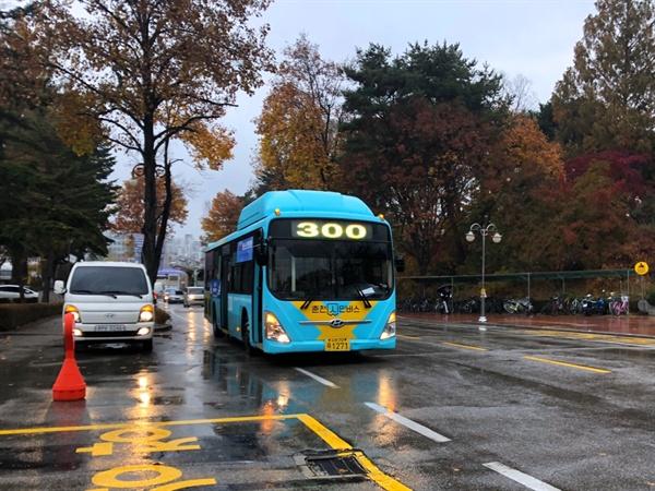 청춘노선 300번 버스 지난 15일, 본격적으로 시행되는 '청춘노선' 300번 버스가 '강원대학교중앙도서관' 정류장으로 향하는 모습이다.