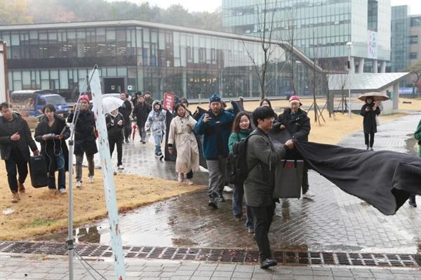 15일 오후 열린 계원예대 블랙리스트 총장 사태 규탄 집회 후 학내를 돌며 시위를 벌위고 있는 학생들