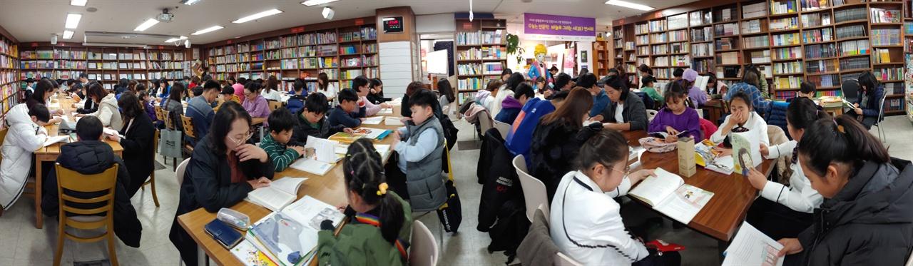 100명이 모여서 하는 '엉덩이로 책 읽기 대회'. 군산 한길문고