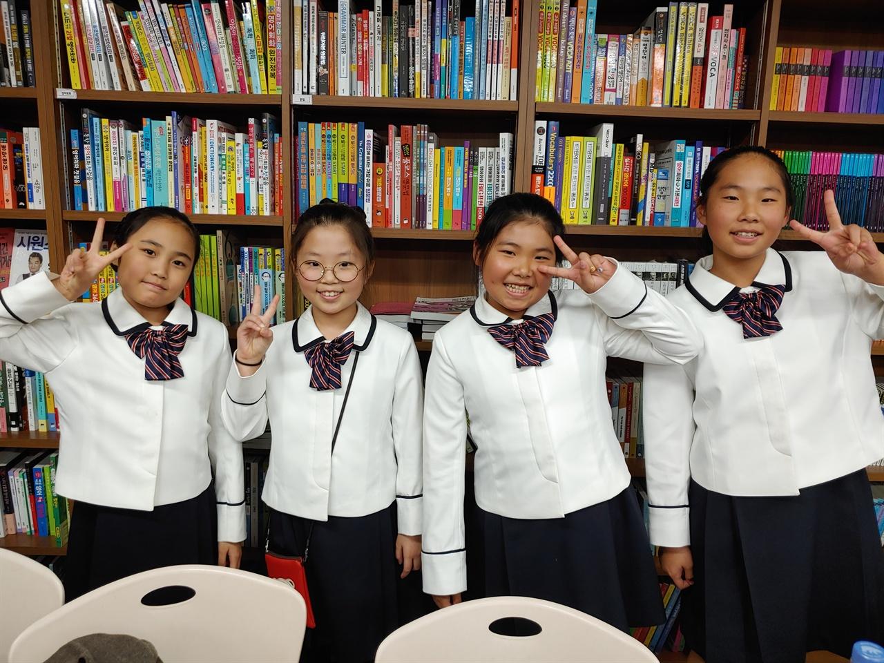 은파소년소녀합창단 어린이들. 아침 9시부터 금강중학교에서 공연하고 바로 책 읽으러 서점으로 왔다고 한다.