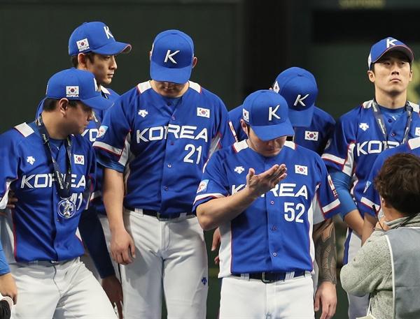 17일 일본 도쿄돔에서 열린 2019 세계야구소프트볼연맹(WBSC) 프리미어12 슈퍼라운드 결승전에서 일본에 3-5로 패하며 준우승을 차지한 한국 야구 대표팀 선수들이 시상대에 올라 아쉬워하고 있다.
