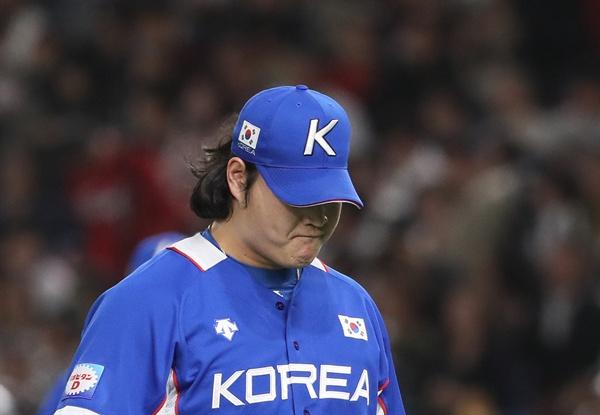17일 일본 도쿄돔에서 열린 2019 세계야구소프트볼연맹(WBSC) 프리미어12 슈퍼라운드 결승전 한국과 일본의 경기. 7회말 1실점을 한 한국 투수 조상우가 더그아웃으로 향하고 있다.