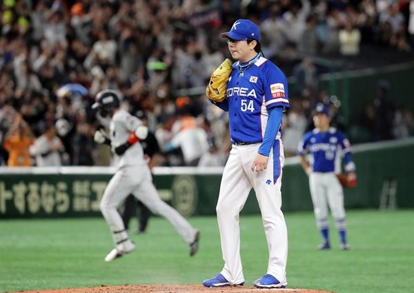 17일 일본 도쿄돔에서 열린 2019 세계야구소프트볼연맹(WBSC) 프리미어12 슈퍼라운드 결승전 한국과 일본의 경기. 2회 말 투아웃 주자 1,2루 상황 한국 선발 투수 양현종이 일본 야마다에게 3점 홈런을 허용하고 허탈해 하고 있다.
