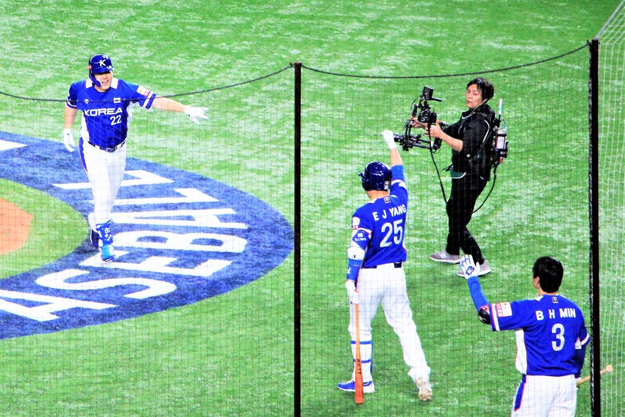 """""""역시 믿고 있었어"""" 17일 도쿄 돔에서 열린 프리미어 12 결승전에서 김현수가 솔로 홈런을 때려낸 뒤 양의지, 민병헌과 세레머니하고 있다."""