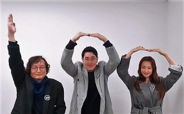 <블랙머니> 정지영 감독과 조진웅, 이하늬 배우의 100만 돌파 감사 인증샷
