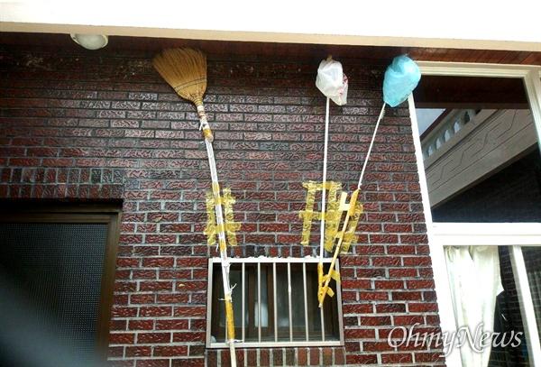경남 김해시 한 도심 주택에 제비집을 짓지 못하게 하려고 빗자루 등 막대기를 처마 밑에 설치해 놓았다.
