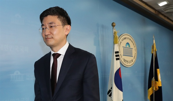 자유한국당 3선 김세연 의원이 17일 오전 총선 불출마 선언 기자회견을 한 뒤 국회 정론관을 나서고 있다.