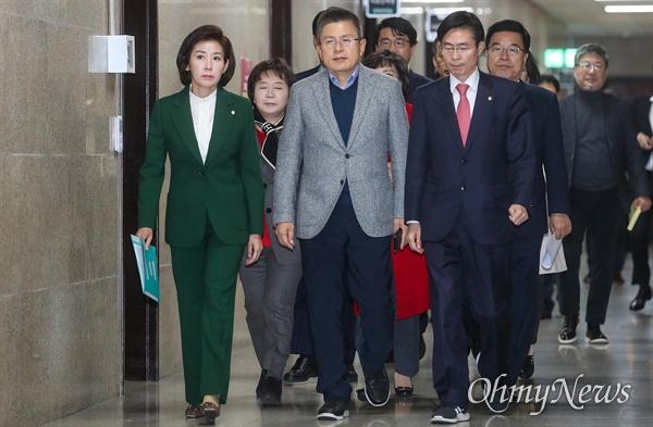 자유한국당 황교안 대표와 나경원 원내대표 등 지도부들이 18일 오전 서울 여의도 국회에서 열린 최고위원회의에 참석하고 있다.